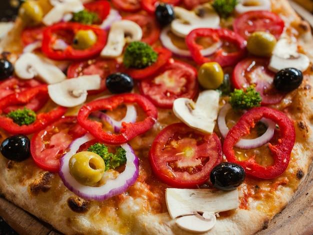 Primavera-pizza-hintergrund. organische pflanzliche zutaten. leckeres traditionelles italienisches essenskonzept