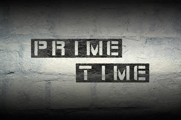 Prime time schablonendruck auf der weißen backsteinmauer
