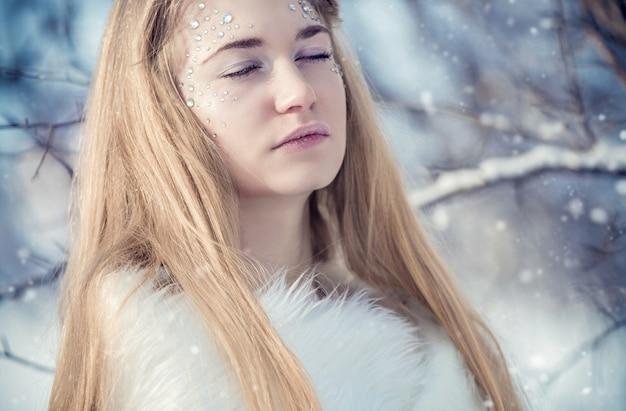 Prinzessin im schnee auf einer winterlandschaft
