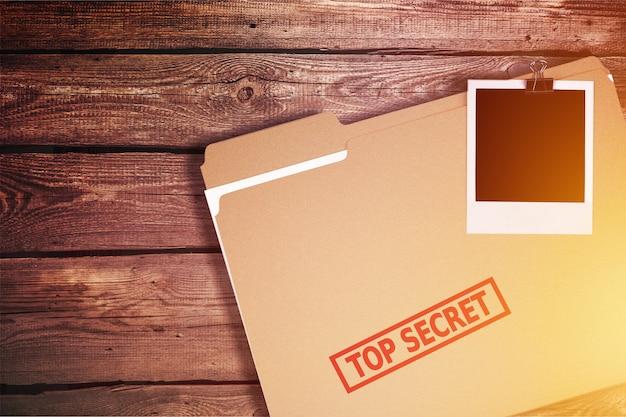 Privatdetektiv-schreibtisch mit streng geheimen umschlägen