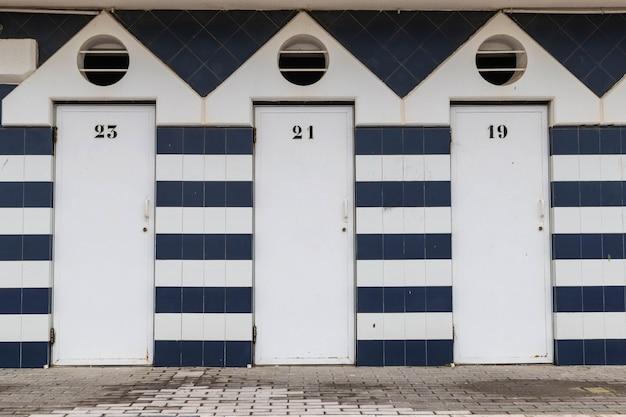 Privatstrandhütten mit blau-weißen fassaden