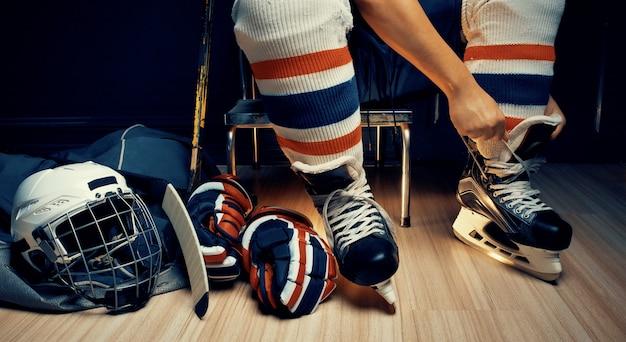 Pro eishockey, er beschuht stringer in der umkleidekabine des athleten
