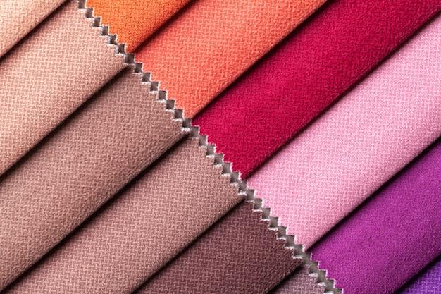 Probe des samttextils verschiedene farben, hintergrund. katalog- und farbton von innenstoff für möbel, nahaufnahme. sammlung von mehrfarbigen stoffen.