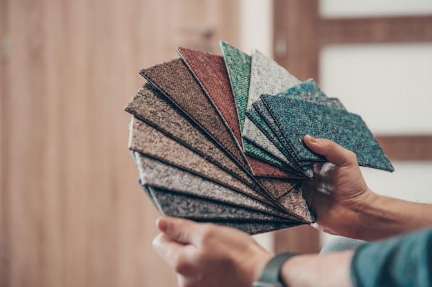Probe von farbigen teppichen im bodengeschäft