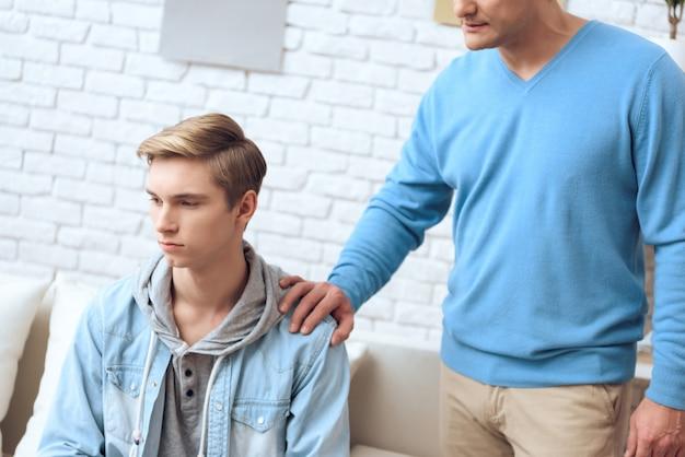 Problem teenager ist tief in seinen eigenen gedanken.