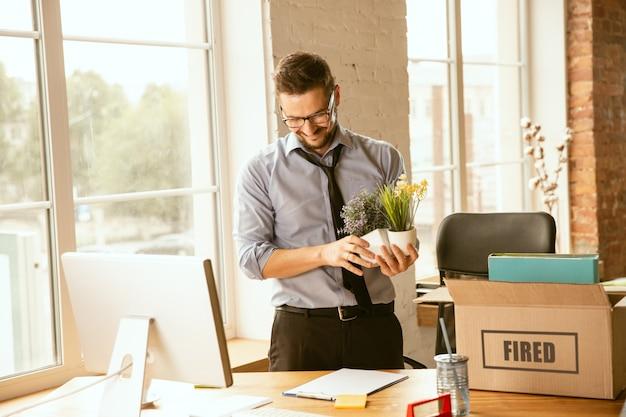 Probleme in bezug auf beruf, stress, arbeitslosigkeit, neue lebensweise oder karriereende.