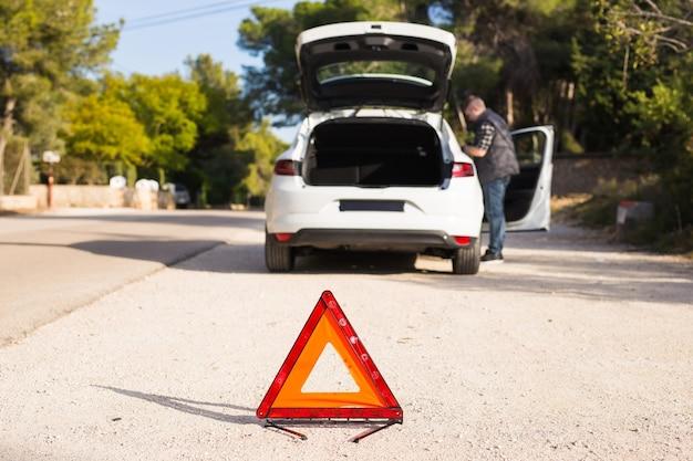 Probleme mit dem auto auf der straße müssen ein notfallschild setzen