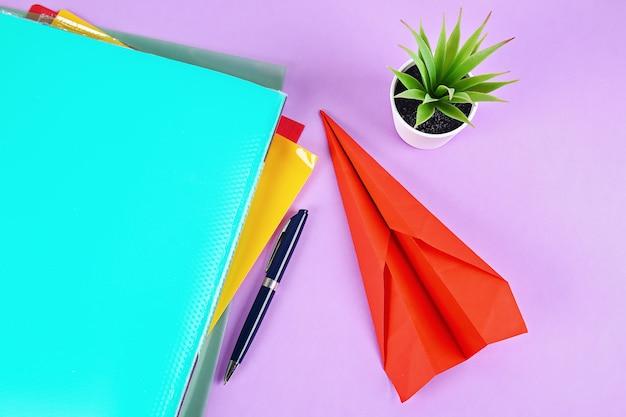 Procrastination stattdessen ein papierflugzeug erstellen. verzögerungen, faulheit.