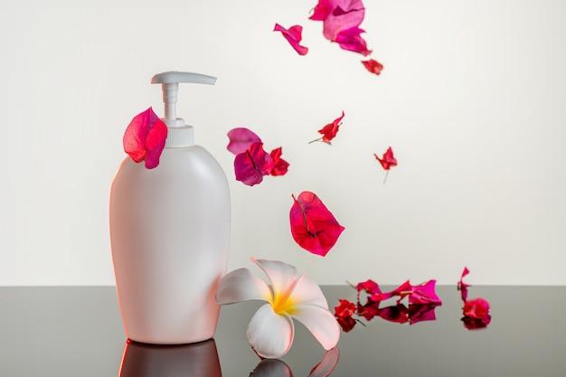 Produkt für die körperpflege, duschgel mit extrakt aus rose und plumeria.