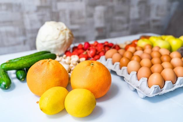 Produkte auf weißem tisch