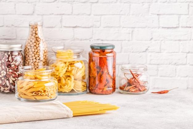 Produkte in glaswaren. umweltfreundliche lebensmittellagerung, null-abfall-konzept.