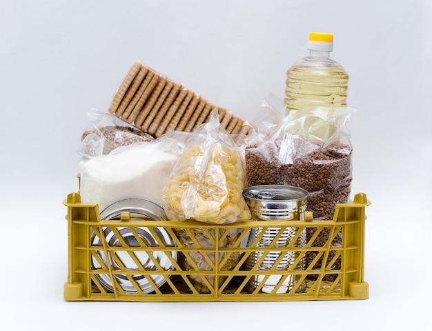 Produkte in packungen mit zucker, buchweizen, nudeln, öl in einer flasche in einer schachtel sind weiß
