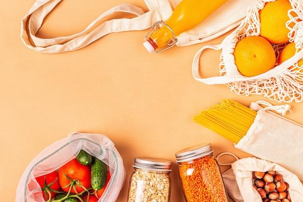 Produkte in textilbeuteln, glaswaren. umweltfreundliche einkaufs- und lebensmittellagerung, null-abfall-konzept.