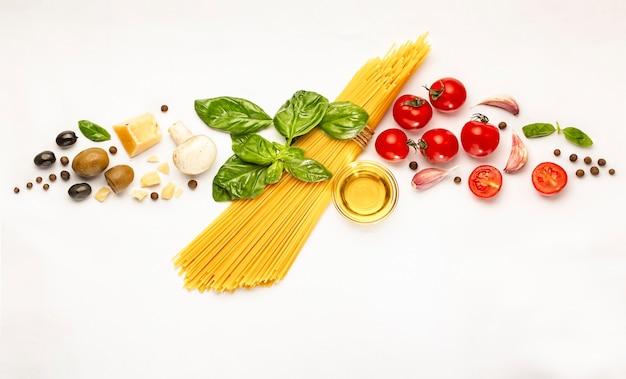 Produkte zum kochen traditioneller italienischer pasta auf weiß