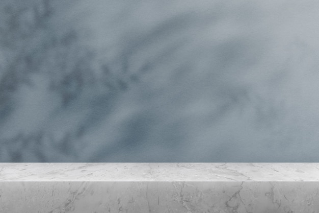 Produkthintergrund, leere marmortischplatte mit blauer wand und pflanzenschatten