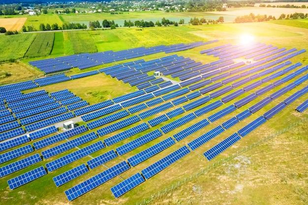 Produktion von solarbatterien. solarenergie-panel. grüne energie. elektrizität. power-energie-panels.