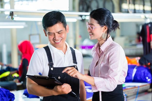 Produktionsleiter und designer in asiatischer fabrik