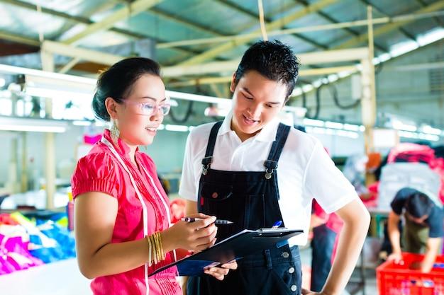 Produktionsleiter und designer in einer fabrik