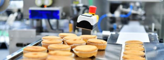 Produktionslinie für automatische backmuffins auf maschinen für förderbandausrüstung in der fabrik