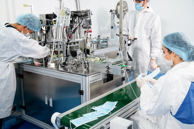 Produktionslinie für gesichtsmasken in der modernen fabrik