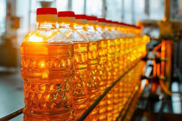 Produktionslinie und abfüllung von raffiniertem öl aus sonnenblumenkernen.