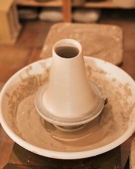 Produktionsprozess von tonwaren auf töpferscheibe