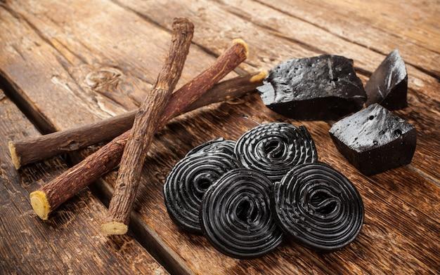 Produktionsschritte von lakritze, wurzeln, reinen blöcken und süßigkeiten.