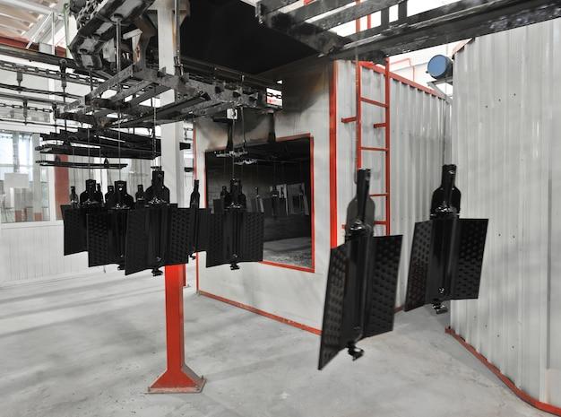 Produktionswerkstatt zum trocknen lackierter ofenteile auf einem förderband