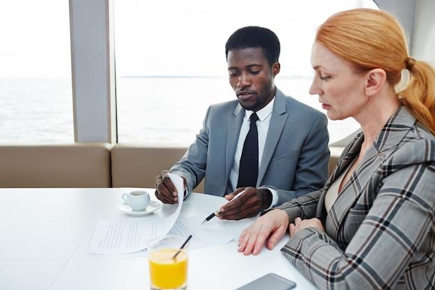 Produktive verhandlungen von geschäftspartnern