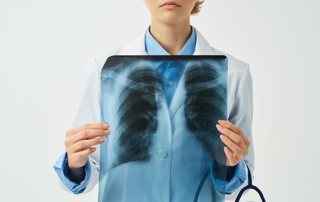 Professionelle ärztin mit röntgenaufnahme der brust in den händen