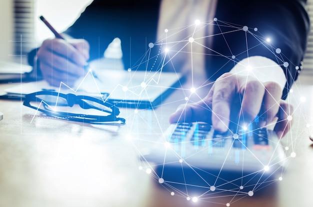 Professionelle anleger- oder geschäftsmannanalyse und -berechnung anhand von finanzberichten