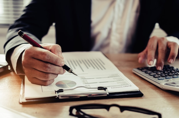 Professionelle anleger- oder geschäftsmannanalyse und berechnung der finanzberichte