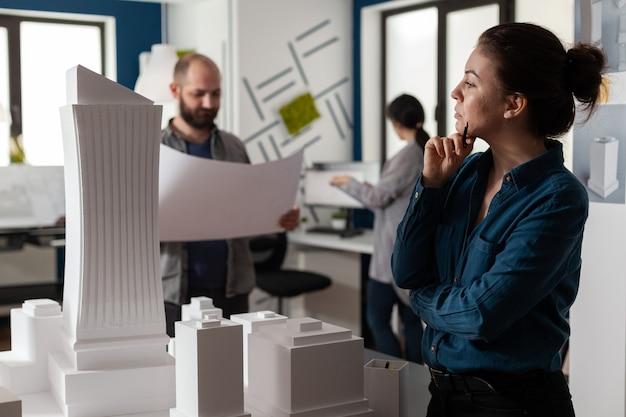 Professionelle architekten, die an blaupausen arbeiten