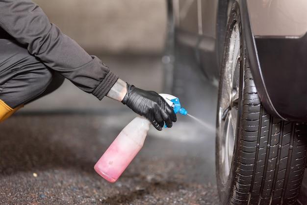 Professionelle autowäscher-reinigungslegierungsräder.