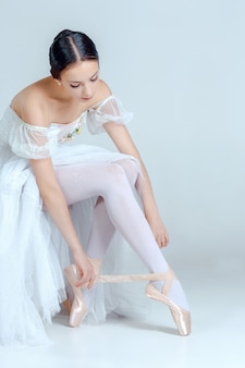 Professionelle ballerina, die ihre ballettschuhe anzieht