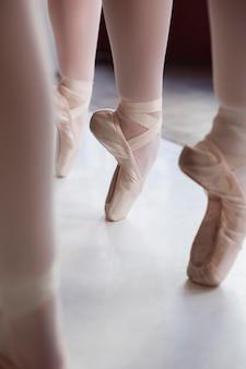 Professionelle balletttänzer, die in spitzenschuhen trainieren