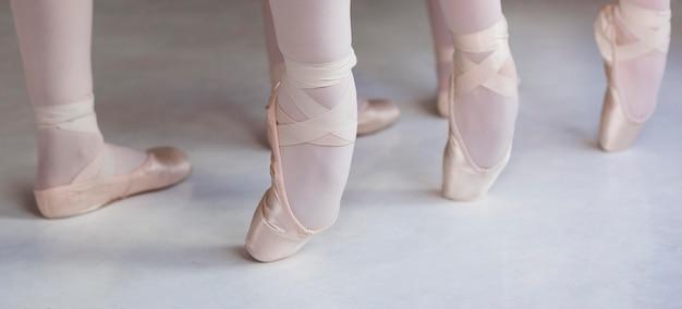 Professionelle balletttänzer, die zusammen in spitzenschuhen trainieren
