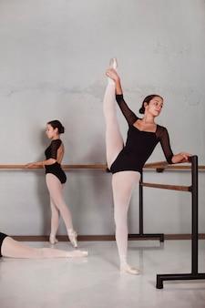 Professionelle balletttänzerinnen, die zusammen mit spitzenschuhen trainieren