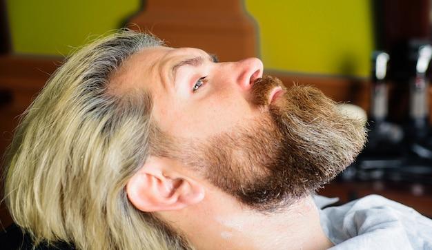 Professionelle bartpflege. friseur. barbershop-verfahren. herrensalon. friseurladen.