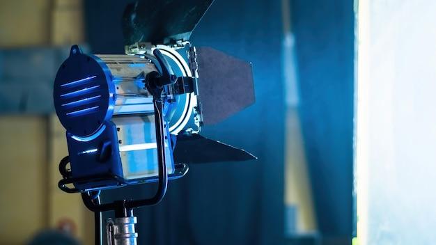 Professionelle beleuchtungsgeräte am filmset mit rauch in der luft