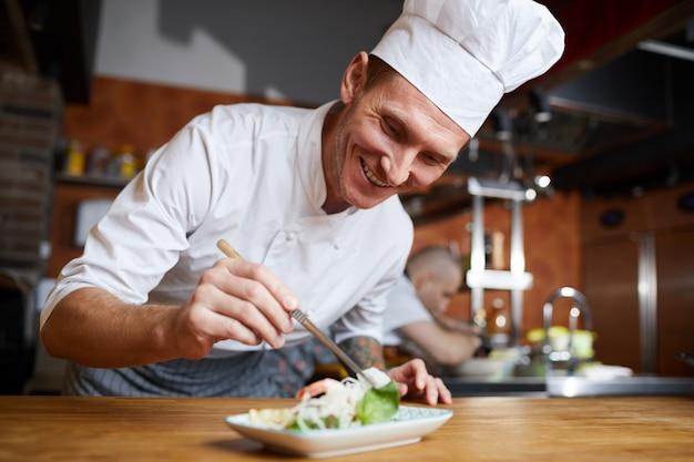 Professionelle chef plating gourmet dish