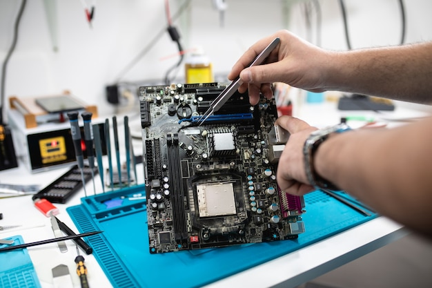 Professionelle computer- und tablet-reparaturwerkstatt oder -service. nahaufnahme. elektronik-konzept.