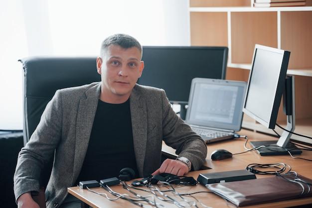 Professionelle dienstleistungen. der polygraph-prüfer arbeitet im büro mit der ausrüstung seines lügendetektors