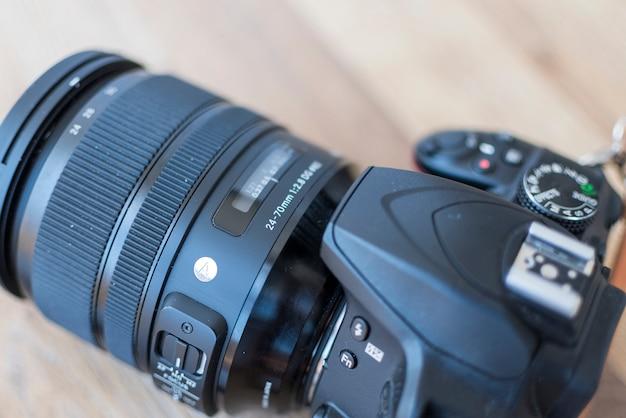 Professionelle digitale dslr-kamera auf holztisch