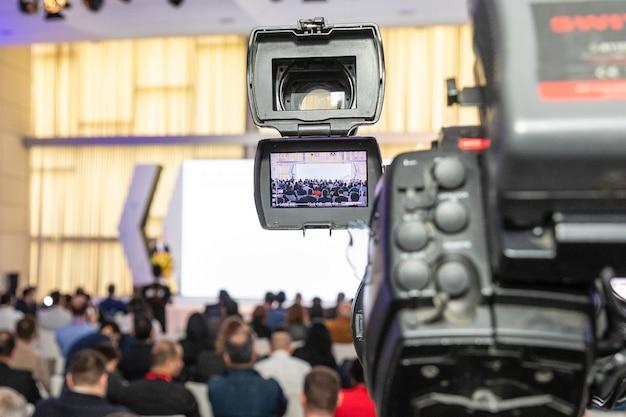 Professionelle digitalkamera, die video im geschäftskonferenzraum aufzeichnet