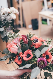 Professionelle floristen machen blumensträuße