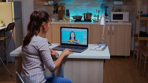 Professionelle fotoretuschefrau, die nachts an einem großen projekt im home office arbeitet. inhaltsersteller, der porträtretuschen mit performance-laptop, künstler, beruf, bildschirm, grafik durchführt