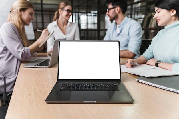 Professionelle geschäftsfrau mit brille während eines treffens mit laptop