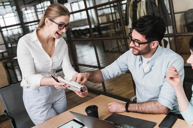 Professionelle geschäftsfrau mit brille während eines treffens