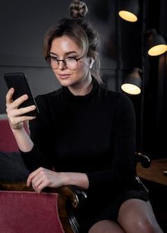 Professionelle geschäftsfrau mit einem videoanruf